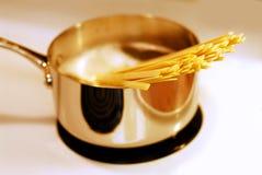 варить макаронные изделия стоковое фото