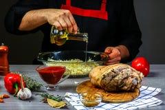 Варить маринад для костяшки свинины мяса руками шеф-повара, концепция баварского варя рецепта стоковые изображения