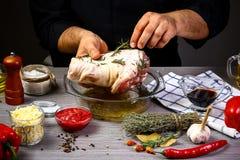 Варить маринад для костяшки свинины мяса руками шеф-повара, процесс шагов на кухне на черном рецепте текста экземпляра предпосылк стоковые фотографии rf