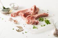 Варить маринад мяса на таблице белизны кухни стоковые изображения rf