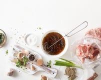 Варить маринад мяса на таблице белизны кухни стоковое фото rf