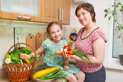 Варить матери и дочи Корзина овощей и свежих фруктов в интерьере кухни Родитель и ребенок еда принципиальной схемы здоровая стоковое фото rf
