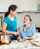 Варить мать с взрослой дочерью Стоковая Фотография RF