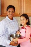 варить мать девушки Стоковая Фотография RF