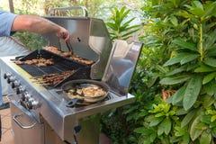 Варить мясо на барбекю Стоковые Фото