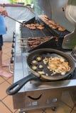 Варить мясо на барбекю Стоковое Изображение