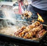Варить мясо на огне стоковое изображение