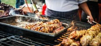 Варить мясо на огне стоковые изображения rf