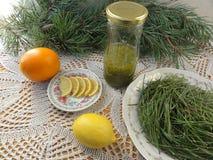 Варить напитка лимона игл сосны стоковая фотография rf