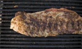 Варить нервюры свинины на гриле Мясо на грили Стоковое Фото