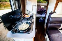 Варить обедающий или обед в campervan, motorhome или RV стоковые изображения rf
