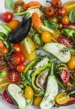 Варить овощей смешивания сырцовый сезонный Баклажан, болгарский перец, томаты, моркови, цукини, томаты вишни, специи, конец оливк Стоковое фото RF