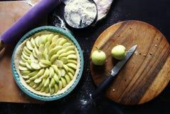 Варить домодельный яблочный пирог Стоковое Фото