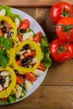 Варить домодельный vegetable салат с томатами вишни, сыром и яичками триперсток вертикально Стоковая Фотография