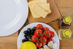 Варить домодельный vegetable салат с томатами вишни, сыром и яичками триперсток горизонтально Стоковые Фотографии RF