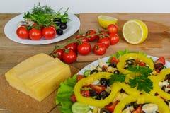 Варить домодельный vegetable салат с томатами вишни, сыром и яичками триперсток горизонтально Стоковая Фотография RF