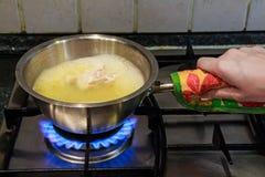 Варить отвар цыпленка на газовой плите Стоковая Фотография