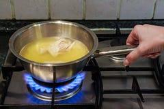Варить отвар цыпленка на газовой плите Стоковая Фотография RF