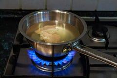 Варить отвар цыпленка на газовой плите Стоковое Изображение RF