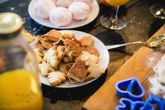 Варить очень вкусные печенья на праздники Нового Года стоковая фотография rf