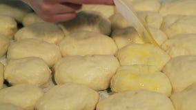 Варить пироги на листе выпечки сток-видео