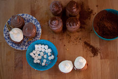 Варить пирожные, булочки и плиту  Стоковые Фото
