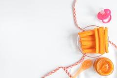 Варить помятые морковей для младенца на белом взгляд сверху предпосылки Стоковое Изображение