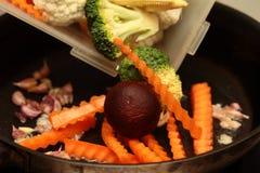 Варить принимает смешанные овощи к зажаренный с соусом устрицы Селективный фокус Стоковая Фотография RF