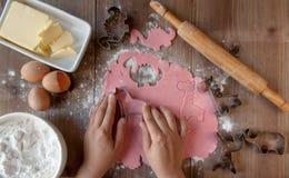Варить розовые печенья в форме животных как подарок для маленькой девочки Стоковые Фотографии RF