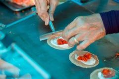 Варить свежий тайский хрустящий блинчик Тайская хрустящая помадка блинчика что торговец продает в рынке стоковые изображения rf