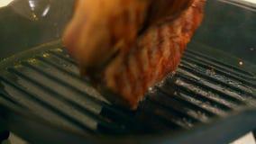 Варить стейк свинины Мясо свинины зажарено в лотке гриля сток-видео