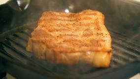 Варить стейк свинины Мясо свинины зажарено в лотке гриля видеоматериал