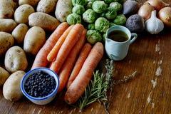 Варить с картошками и ростками морковей Стоковая Фотография