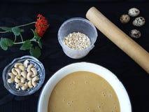 Варить торта пасхи, цветки kalanchoe, яичка триперсток, гайки и Мелисса для теста Стоковые Изображения RF
