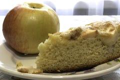 Варить торт губки с яблоками, Шарлотта стоковая фотография rf