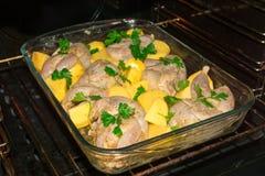 Варить триперсток мяса в печи Все marinovani триперсток в специях с луками и мустардом Гарнируйте с свежими картошками и петрушко стоковое изображение