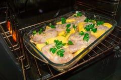 Варить триперсток мяса в печи Все marinovani триперсток в специях с луками и мустардом Гарнируйте с свежими картошками и петрушко стоковые изображения rf