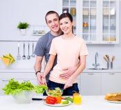 варить усмехаться любовников кухни Стоковые Изображения RF