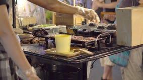 Варить черные бургеры Charcosl азиатский рынок Улица ночи справедливая Таиланд sumer видеоматериал