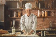 Варить шеф-повара хлебопекарни печет в профессионале кухни стоковые изображения rf
