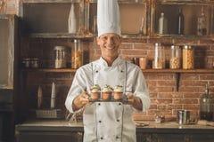 Варить шеф-повара хлебопекарни печет в профессионале кухни стоковые изображения