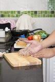 Варить brfore пирожка гамбургера шеф-повара присутствующий Стоковые Изображения RF