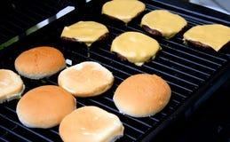 варить cheeseburgers барбекю Стоковые Изображения