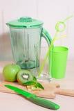 Варить smoothie кивиа, яблока, лимона и мяты Blender, нож, Стоковые Изображения RF