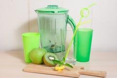 Варить smoothie кивиа, яблока, лимона и мяты Blender, нож, Стоковое Фото