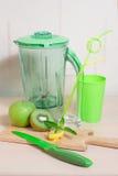 Варить smoothie кивиа, яблока, лимона и мяты Blender, нож, Стоковые Изображения