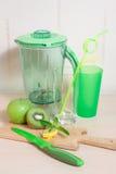 Варить smoothie кивиа, яблока, лимона и мяты Blender, нож, Стоковые Фотографии RF