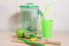 Варить smoothie кивиа, яблока, лимона и мяты Blender, нож, Стоковые Фото
