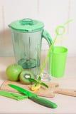 Варить smoothie кивиа, яблока, лимона и мяты Blender, нож, Стоковая Фотография RF