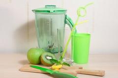 Варить smoothie кивиа, яблока, лимона и мяты Blender, нож, Стоковая Фотография